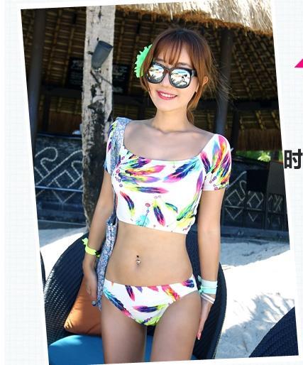 SM-V1-425 ชุดว่ายน้ำ เสื้อแขนสั้น+กางเกงบิกินี่ ลายขนนกสวย สีสันสดใส
