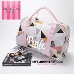 Victoria's Secret Pixel Sport Bag กระเป๋าเดินทาง ลายกราฟฟิค สีชมพู รุ่นใหม่ล่าสุดจาก ยี่ห้อ Victoria's Secret แท้ พร้อมส่งที่ไทย กระเป๋าผ้า Canivas