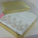 ผ้าเช็ดตัว ขนาด 24x48 นิ้ว ลูกไม้สีครีมใส่กล่องทองทรายโบว์ทอง